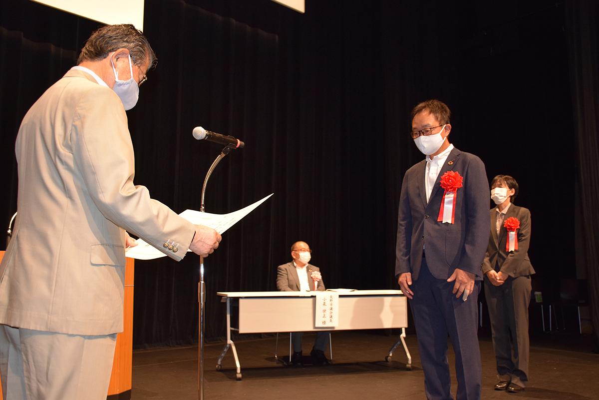 加藤市長から表彰状を手渡されました